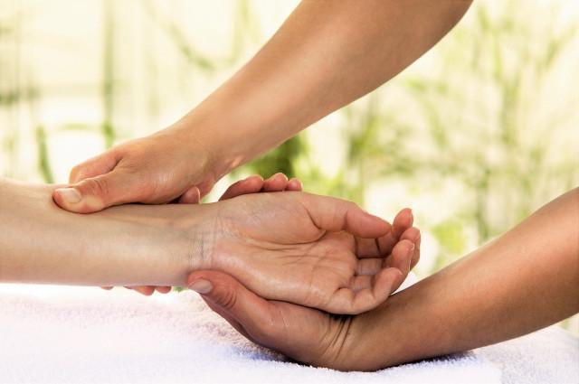 一般的な手への施術のイメージ