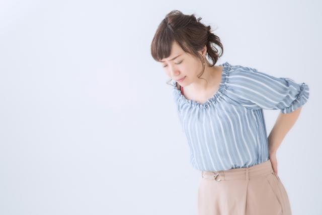 腰痛に苦しむ女性の画像
